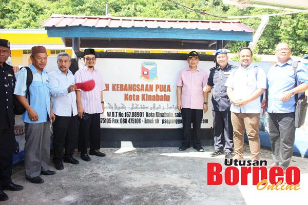 Guru-guru SK Sepanggar sempat bergambar dengan anggota rombongan.