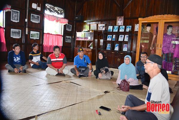Pak Ismail Mihad menjelaskan sesuatu mengenai Belitung kepada rombongan itu.
