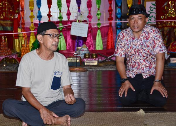 Pak Ismail menerangkan budaya Melayu kepada rombongan dari Sabah.