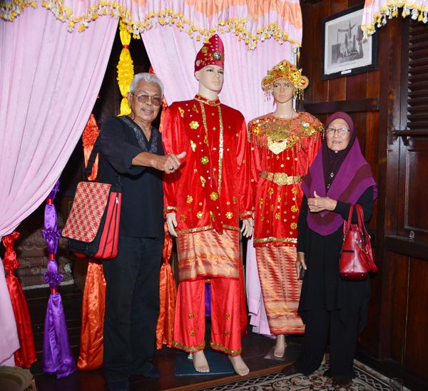 Cikgu Ramli AR dan Aminah Baudi bergambar bersama pakaian pengantin Belitung.