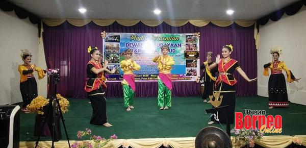 Penari mempersembahkan tarian yang melambangkan khazanah seni Sabah.