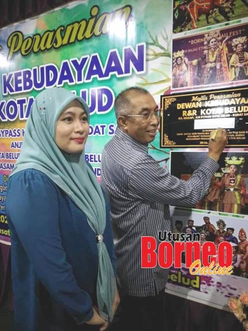 Dr Salleh menandatangani plak perasmian sambil diperhatikan Ammyliah.