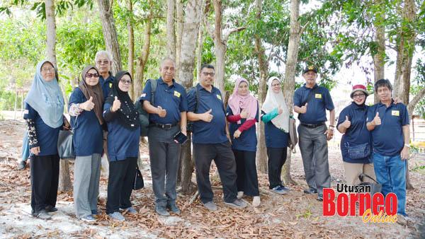 Bergambar di bawah pohon rimbun di SD Muhammadiyah.