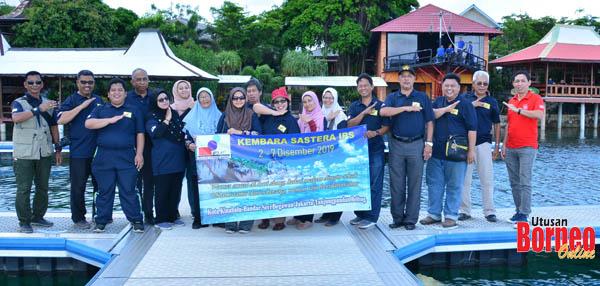 Bergambar di pelantar di sebuah restoran di Belitung.
