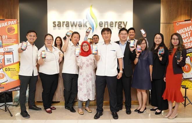 Sharbini dan Ahli Jawatankuasa Eksekutif Kumpulan Sarawak Energy bersama pasukan petugas dan pelanggan Sarawak Pay merakam kenangan