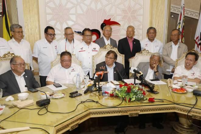 Abang Johari bersama Uggah, Tiong, Masing, Dr Sim, Awang Tengah pada sidang media selepas mesyuarat Majlis Tertinggi GPS.