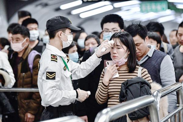 Pelancong memakai topeng untuk mencegah Koronavirus di tanah besar China.