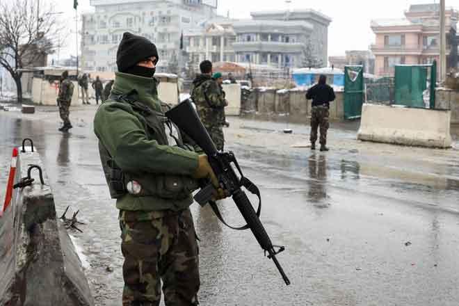 Anggota pasukan keselamatan berkawal selepas serangan bunuh diri berhampiran pangkalan Akademi Tentera Marsyal Fahim di Kabul, Afghanistan semalam. — Gambar AFP