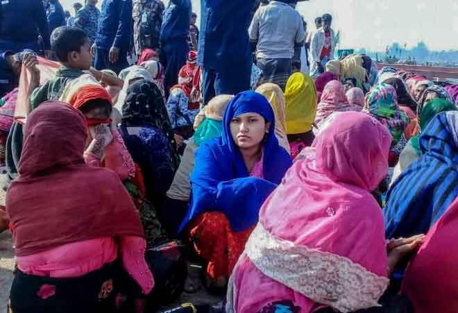 Pelarian Rohingya dilihat menunggu di satu kawasan di Teknaf semalam selepas sebuah bot yang membawa kira-kira 130 orang karam di luar selatan Bangladesh. — Gambar AFP