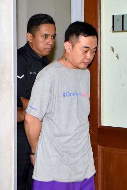 Lim (kanan) didakwa di Mahkamah Majistret Muar semalam atas pertuduhan membunuh seorang buruh lelaki bulan lepas. — Gambar Bernama