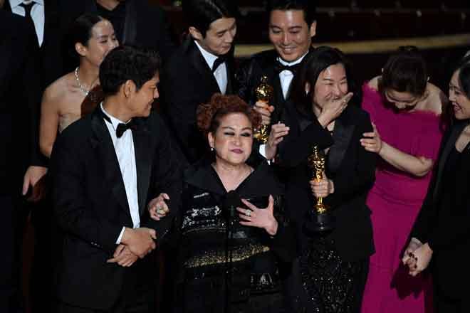 Penerbit Parasite Kwak Sin-ae (tiga kanan) bersama para pelakon dan kru menerima anugerah filem terbaik pada Oscar Ke-92 di Dolby Theater in Hollywood, California kelmarin. — Gambar AFP