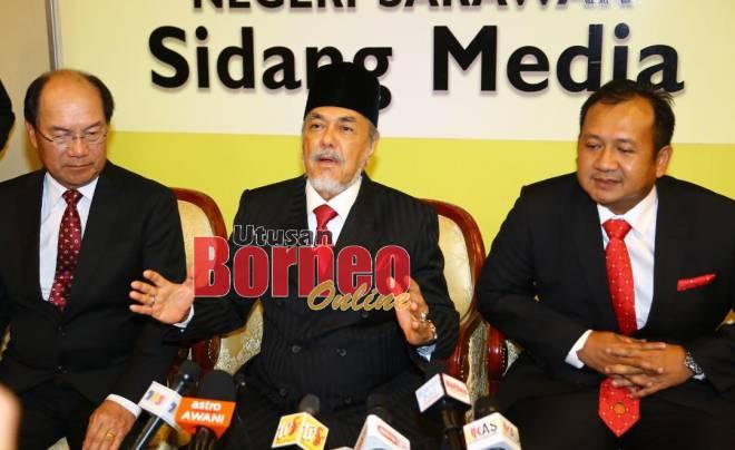 Asfia bersama Gerawat dan Pele pada sidang media bagi memaklumkan tiada keperluan mengadakan pilihan raya kecil Pujut. - Gambar Muhammad Rais Sanusi.