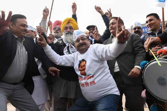 Penyokong menari ketika meraikan kemenangan AAP dalam pilihan raya New Delhi di Amritsar, India kelmarin. — Gambar AFP