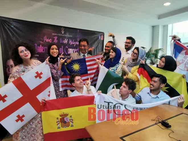 Abdul Karim bersama (dari kiri) Ika dan Aziza merakam kenangan bersama ahli Paint The World yang lain.
