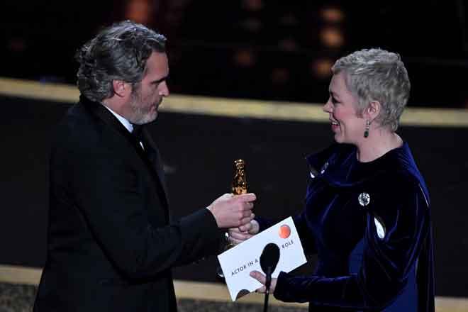Phoenix menerima anugerah Oscar yang disampaikan oleh pelakon British, Olivia Colman pada majlis tersebut. — Gambar AFP