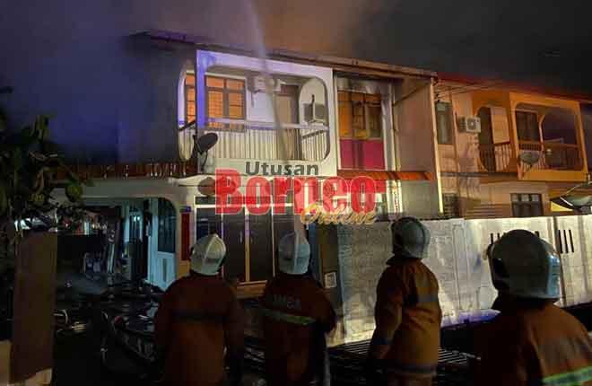 Anggota bomba bertungkus lumus memadamkan api daripada merebak ke rumah bersebelahan awal pagi semalam.