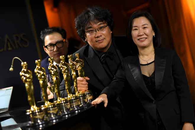 (Dari kiri) penulis skrip lakon layar Korea Selatan Han Jin-won, Bong dan penerbit Kwak Sin-ae bergambar bersama ketika menghadiri Augerah Tahunan Akademi Ke-92 di Hollywood, California baru-baru ini. — Gambar AFP