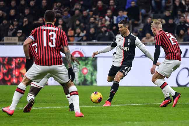 Ronaldo (tengah) ketika beraksi pada perlawanan separuh akhir pertama Piala Itali di antara AC Milan dan Juventus di Stadium San Siro, Milan. — Gambar AFP