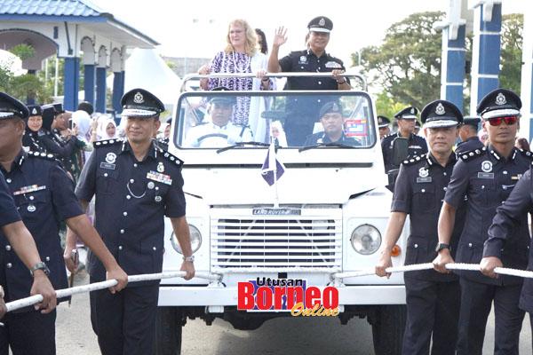Pegawai polis turut mengambil bahagian mengendalikan kenderaan khas semasa Majlis Persaraan yang diadakan di IPK Sabah.