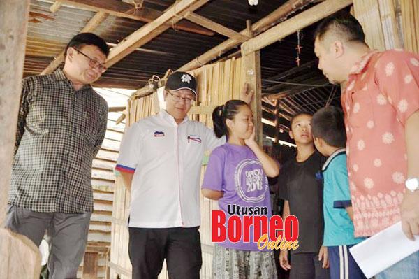 Jamawi bersama Ewon bertanyakan khabar kepada para pelajar yang menghuni sementara rumah (bangsal) semasa tinjauan tersebut.