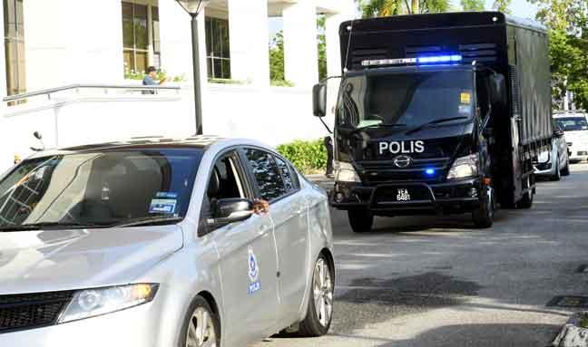 Kawalan ketat pasukan polis ketika membawa ahli Geng Kabali yang menghadapi pertuduhan menjadi ahli kumpulan jenayah terancang Geng Kabali ke Mahkamah Sesyen di Seremban, semalam. — Gambar Bernama