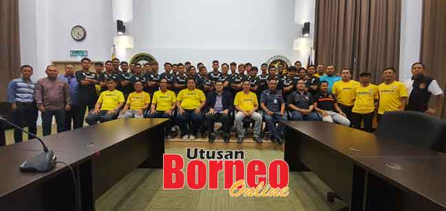 Pasukan Sarawak United bersama barisan jawatankuasa penganjur dan jurulatih di Miri semalam.