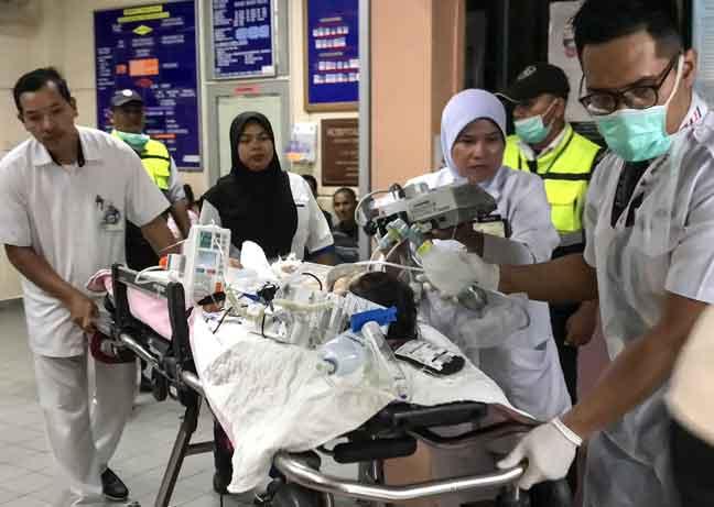 Mohamad Fariz cedera parah dibawa ke Hospital Raja Permaisuri Bainun Ipoh selepas terlibat dalam kemalangan membabitkan sebuah treler di Km37, Jalan Ipoh-Kuala Kangsar, dekat Kampung Salak Stesyen, di Sungai Siput, semalam. — Gambar Bernama