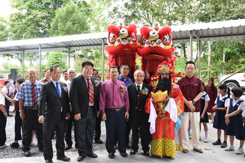 (Depan, dari dua kiri) Ling, Ahli dan Soo merakam gambar kenangan dengan tetamu lain.