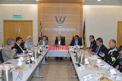 Uggah mempengerusikan mesyuarat Jawatankuasa Pengurusan Bencana Negeri mengenai COVID-19 di Kuching hari ini.