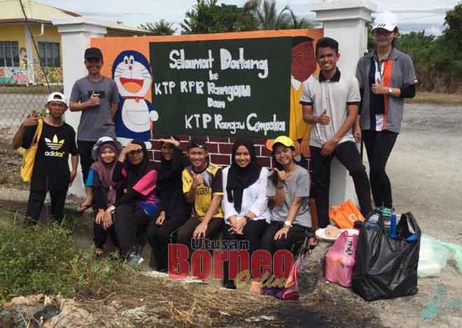 Skuad Khidmat Masyarakat Tingkatan Enam SMK Kubong Limbang yang menyertai aktiviti gotong-royong.