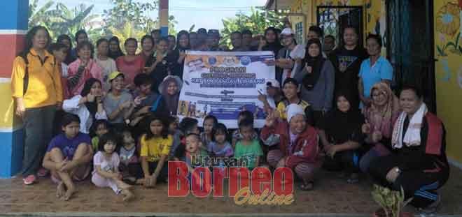 KRT Rangau, (JPTP) Rangau Cempaka dan JPTP RPR Rangau  bersama Skuad Khidmat Masyarakat Tingkatan Enam SMK Kubong Limbang bergambar bersama.