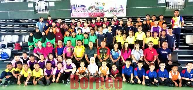 (Dari enam kiri, barisan kedua) Ahmad, Mikar serta para guru dan murid-murid yang menyertai 'Kids Athletics Clinic For Primary School 2020' di Sibu, semalam.