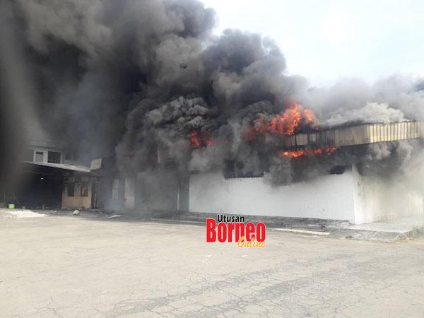 Api marak memusnahkan bangunan kedai serta stok barangan elektrik di Inanam.