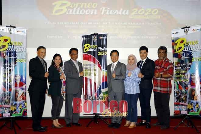 Abdul Karim (tiga kiri) menunjukkan tanda bagus pada sidang media berhubung penganjuran Pesta Belon Borneo 2020 semalam. — Gambar Chimon Upon