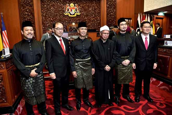 Ahmad Masrizal, Mah Hang Soon, Tengku Zafrul, Zulkifli, Wan Ahmad Fayhsal dan Lim Ban Hong selepas upacara mengangkat sumpah di Dewan Negara, Bangunan Parlimen dekat Kuala Lumpur, semalam. — Gambar Bernama