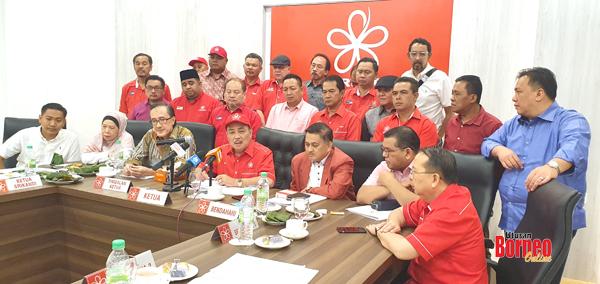 Hajiji (tengah) ketika mempengerusikan Mesyarat Badan Pimpinan BERSATU Negeri Sabah.
