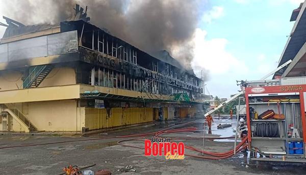 Pihak bomba masih memadam kebakaran bangunan pasaran itu.