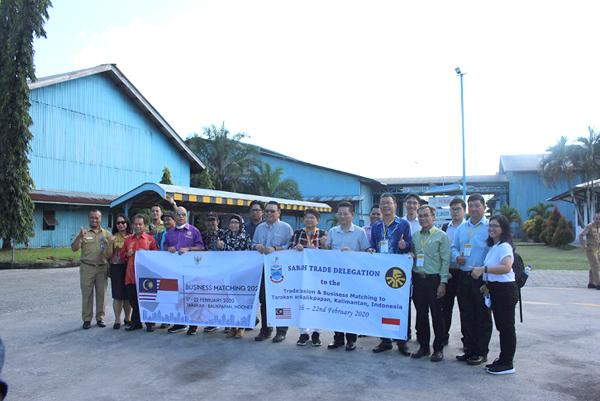 Rombongan melawat Kilang Papan Lapis terkenal di Tarakan.