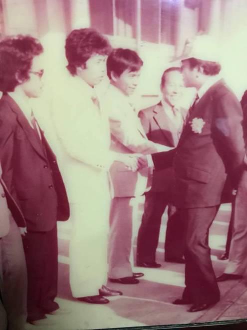 KENANGAN MANIS...Haji Bairullah bersalaman dengan Perdana Menteri Malaysia, Tun Dr Mahathir Mohammad ketika lawatan Tun M ke Jepun 1982.