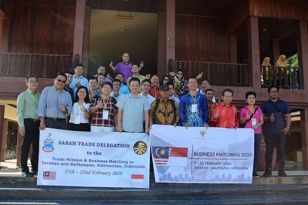 Delegasi peniaga dari Sabah bergambar di Gedung balai Adat Tidong.