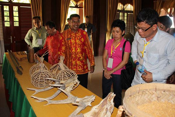 Delegasi dari Sabah ketika melawat Gedung Balai Adat Tidong.