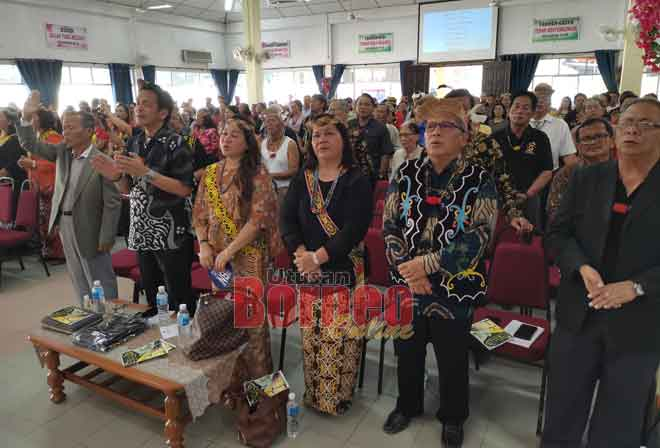 (Dari kiri) Lihan dan Dennis bersama yang lain semasa upacara doa sempena majlis sambutan ulang tahun ke-71 dan kesyukuran Gereja Sidang Injil Borneo (SIB) Long Bedian, Apoh baru-baru ini.