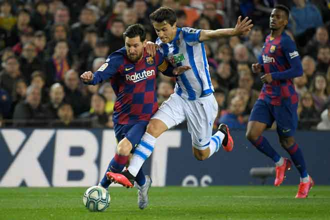 Penyerang sensasi Barcelona, Lionel Messi (kiri) berdepan asakan hebat daripada pemain Sociedad, Ander Guevara ketika bersaing pada perlawanan La LIga Sepanyol di Nou Camp, Barcelona dalam gambar fail bertarikh 7 Mac lepas. — Gambar AFP