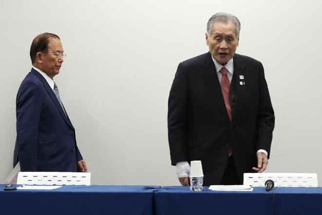 Ketua Eksekutif Sukan Olimpik Tokyo 2020, Toshiro Muto (kiri) dan Presiden Sukan Olimpik Tokyo 2020, Yoshiro Mori menghadiri sidang media penangguhan Sukan Olimpik di Tokyo, Jepun semalam. — Gambar AFP