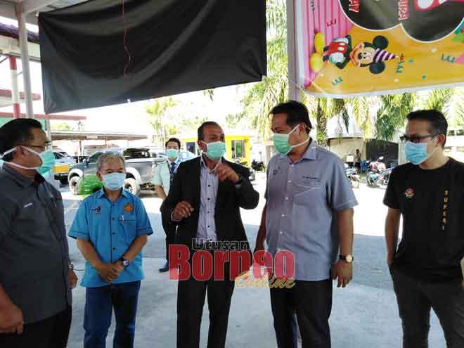 Dr Abdul Rahman (dua kanan) mendengar            taklimat daripada Dr Nanthakumar (tiga kiri), kelihatan sama Denney (kiri), Paulus dan Superi (kanan) semalam.