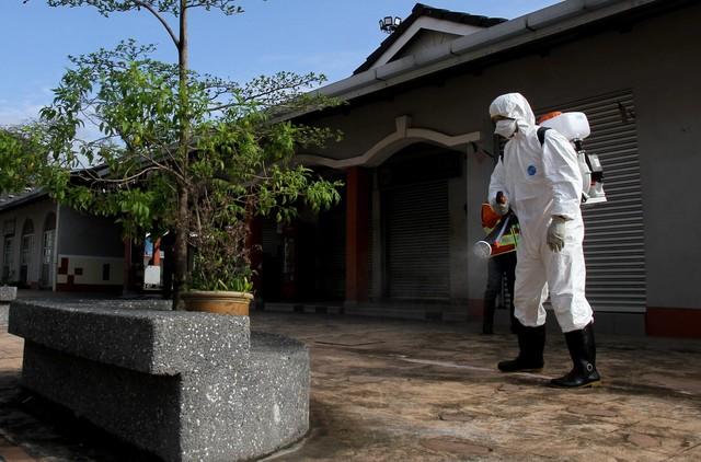 Kakitangan Majlis Bandaraya Ipoh (MBI) menjalankan proses disinfeksi di sekitar Bazaar Medan Kidd, Ipoh pada Rabu sebagai langkah pencegahan penularan COVID-19.