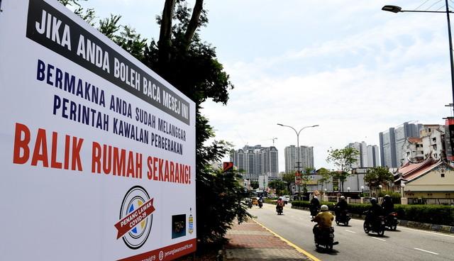 Pelbagai papan tanda didirikan oleh kerajaan negeri Pulau Pinang bagi mengelakkan penularan wabak COVID-19 hari ini. - Gambar Bernama