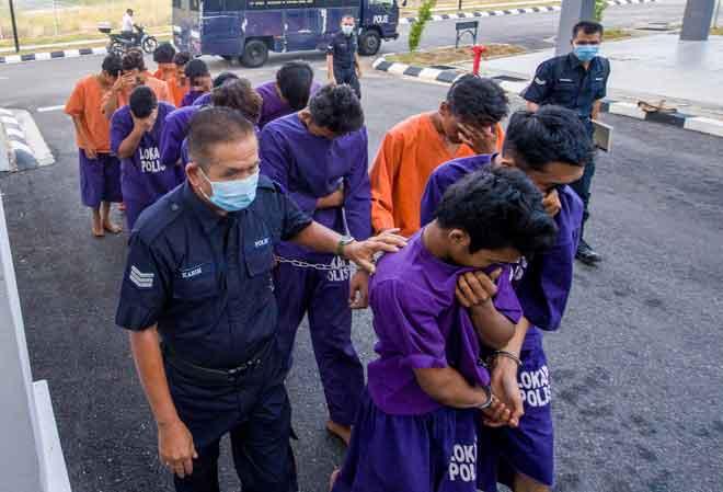 Seramai 14 lelaki berusia antara 17 hingga 40 tahun direman antara tiga dan empat hari bermula semalam hingga Isnin depan selepas gagal mematuhi Perintah Kawalan Pergerakan di Kota Bharu, semalam. — Gambar Bernama