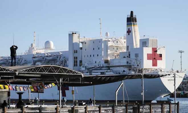 Kapal hospital tentera laut AS, Mercy, tiba di Port of Los Angeles kelmarin untuk membantu mengurangkan bebanan ke atas bilik kecemasan di hospital di Los Angeles yang dipenuhi dengan pesakit COVID-19. — Gambar AFP
