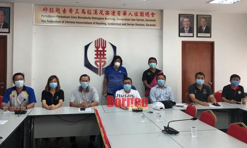 Wee (empat kanan duduk) bersama ahli Jawatankuasa Respon Bencana Kecemasan yang lain.
